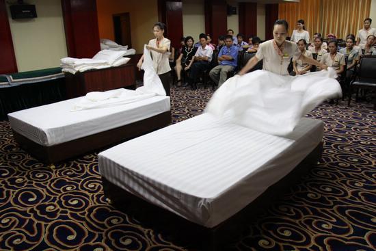 酒店客房铺床步骤图片